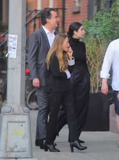 - Mary-Kate & Olivier Sarkozy dine in the West Village of New York City - 94601 28529 - OlsensObsessive.Com Gallery // Your number one resource for everything Mary-Kate and Ashley Olsen Ashley Olsen Style, Olsen Twins Style, Mary Kate Ashley, Mary Kate Olsen, Black Boots Outfit, Olsen Sister, Street Style 2018, Princess Mary, Elizabeth And James