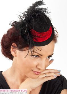 DIY Advent 9: Small Burlesque Hat - http://fashion.onblog.at/en/diy-advent-9-small-burlesque-hat