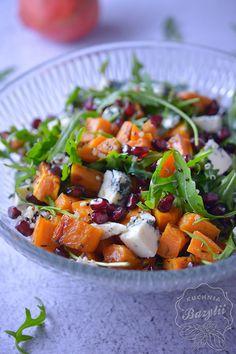 Sałatka z quinoa jest pyszna - lekka, świeża, bardzo syta. Wszystkie składniki sałatki idealnie się ze sobą komponują. Wspaniale smakuje z sosem balsamico, a także z sosem musztardowo-miodowym. Sałatkę możecie przygotować zarówno na imprezę, jak i obiad do pracy. Smacznego!
