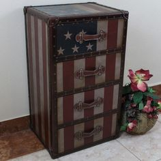 Add a touch of vintage Americana to your decor with the 'Stars and Stripes' 4 drawer chest. This attractive piece combines the classic, faux leather look of 'Old Glory' and the storage capability of a four-drawer design.