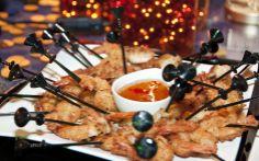 Sticks de camaraão empanados no coco servidos com geleia de pimenta