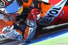 marc marquez elbow This guy is guna go so far :) Marc Marquez, Cbr, Motogp, Racing Motorcycles, Valentino Rossi, Super Bikes, Street Bikes, Road Racing, Bike Life
