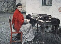29 may Autochrome by Albert Kahn :Mother Of Seven Making Fringes For Knitted Shawls (Galway, Ireland, 29 May 1913 by Albert Kahn) Old Pictures, Old Photos, Vintage Photographs, Vintage Photos, First Color Photograph, Albert Kahn, Irish Cottage, Photo Vintage, Fair Isles