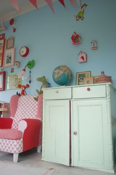 I love the colors and vintage in this room!  Great for Olivia!!!