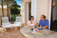 vakantiepark op nog geen kilometer van de haven van Saint-Tropez. Er is een heerlijk openluchtzwembad met bubbelbad. Ca. 300 m van het zandstrand. De appartementen bevinden zich in geschakelde woningen en zijn comfortabel ingericht en o.a. voorzien van airconditioning.    Gassin is ideaal gelegen, niet alleen op korte afstand van Saint Tropez, maar ook dicht bij de sfeervolle dorpen Ramatuelle, Cogolin en Grimaud. Je zult hier een heerlijke zomervakantie beleven op één van de mooiste…