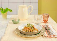 Macarrão de arroz frito com camarão e pesto de rúcula | Receita Panelinha: Parece mágica, mas é só macarrão frito em imersão - ele dá um croc que faz toda a diferença na mistura mara-maravilha de camarão com pesto ardidinho!