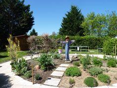 Léon, l'épouvantail fête le premier anniversaire du jardin ! au www.camping-les-ripettes.com