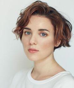 tagli-capelli-corti-donna-proposta-appena-sotto-orecchio-ciuffo-corto-ondulato-lato