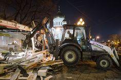 Пока вы спали, в Москве снесли 97 (!!!) объектов, которые мэрия считала самостроем. В основном это торговые павильоны около станций метро. Эта ночь войдет в историю. Никогда еще в Москве так массово ничего не сносили. Происходящее больше напоминало спецоперацию. Вчера утром объекты начали отключать от коммуникаций, ближе к вечеру все оцепила полиция, а в полночь экскаваторы по всей Москве начали снос.