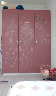 Ikea Pax kast in een nieuw jasje. #ikeahack Deuren met schoolbordverf en leren greepjes.