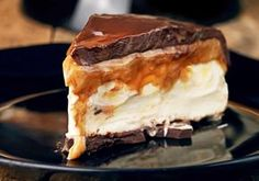 Cheesecake Mascarpone com caramelo e chocolate Sweets Recipes, Cake Recipes, Snack Recipes, Cooking Recipes, Frozen Desserts, Cookie Desserts, Just Desserts, My Dessert, Food Humor