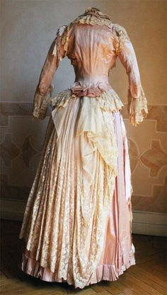 Evening dress, ca 1885, Abiti Antichi  I would like to wear this dress for just one day.