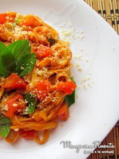 Macarrão com molho de tomate e manjericão {Receitas para o Verão} - Uma refeição perfeita para almoço dos dias corridos. Clique na imagem para ver a receita no blog Manga com Pimenta.