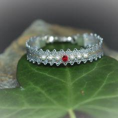 Dieses wunderbare Taufbändchen ist handgeklöppelt in Österreich und ein Geschenk der extraklasse für jede Taufe. Charms, Swarovski, Lace Jewelry, Diamond, Heart, Bracelets, Fashion, Crystals, Beads
