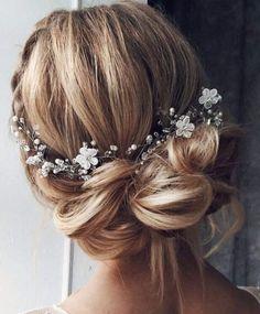 chignon désordonné fleurs coiffures de mariage pour cheveux longs