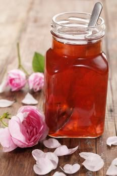 Delicate and aromatic. This rose syrup recipe is perfect to add in your desserts. Delicate and aromatic. This rose syrup recipe is perfect to add in your desserts. Chutney, Rose Syrup Recipe, Rose Petal Jam, Rose Petals, Homemade Syrup, Flower Food, Edible Flowers, Canning Recipes, Simple Syrup