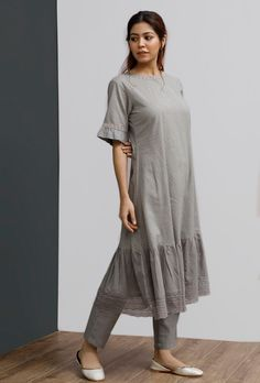 Plain Kurti Designs, Kurta Designs Women, Designer Anarkali Dresses, Designer Dresses, India Fashion, Women's Fashion, Cotton Dress Indian, Kurta Neck Design, Desi Wear