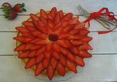 La crostata di fragole è un dolce classico primaverile, composto da una base di pasta frolla ripiena di crema pasticcera e decorata con fragole fresche.