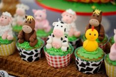 135 IDEIAS PARA FESTA FAZENDINHA - POR CAROL GOMES Farm Animal Cupcakes, Farm Animal Party, Barnyard Party, Farm Party, Petting Zoo Birthday Party, Cowgirl Birthday, Farm Birthday, Kids Barn, Fondant Animals