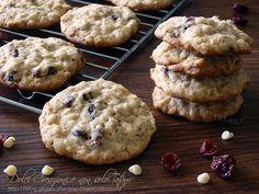 Golosi e croccanti, con una nota di freschezza, i Biscotti con mirtilli rossi, fiocchi d'avena e cioccolato bianco saranno perfetti per accompagnare il tè..