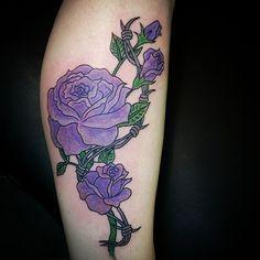 Tatouage rose viollete https://tattoo.egrafla.fr/2015/09/23/tatouage-homme-mollet/