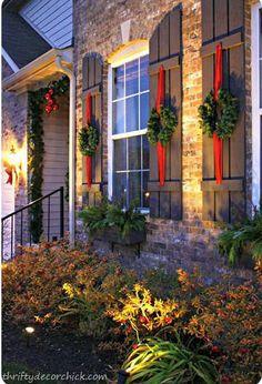 Décoration de Noël sur les volets et fenêtres
