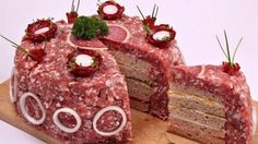 Ein Konditoren-Meisterwerk aus rohem Hackfleisch und Brot entwickelt sich gerade zum kulinarischen Liebling des Sommers.