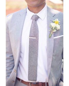 EL ETERNO COLOR GRIS MÁS EN AUGE QUE NUNCA. Puede que el azul sea el color por excelencia en los trajes de novio este año pero el gris es simplemente el color por excelencia en cualquier campo. Un traje gris de corte precioso hará que cualquier hombre resalte por encima del resto con una elegancia singular como una explosión de tendencia. Además nos encanta porque combina perfectamente con casi cualquier color y eso es una superventaja. Una propuesta de éxito asegurado sería elegir un traje…