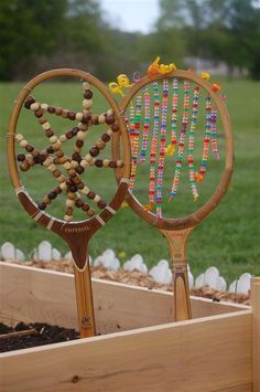 Make this tennis racket garden art for your back yard by upcycling # fashionde . Make this tennis racket garden art for your back yard by upcycling # fashionde …, Diy Garden Projects, Diy Garden Decor, Garden Decorations, Garden Crafts, Art Projects, Porches, Tennis Crafts, Recycled Garden Art, Garden Web