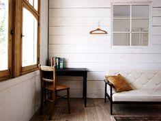 <p>経年変化が楽しみな白い羽目板壁。窓枠が木なのも真似したくなる。</p>