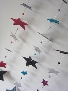 Eine schöne Sternengirlande aus Filz für sämtliche Dekorationen.   Ob im Kinderzimmer,Schlafzimmer o.ä...  Es sind 8 verschieden grosse Sterne in verschiedenen Farben an einem Satinband mit...