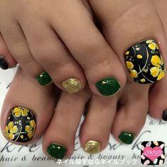ネイル デザイン 画像 1355134 グリーン ゴールド ブラック マット フット フット ショート Wow Nails, Pretty Toe Nails, Cute Toe Nails, Fancy Nails, Pedicure Designs, Pedicure Nail Art, Toe Nail Designs, Nail Polish Designs, Nails Design