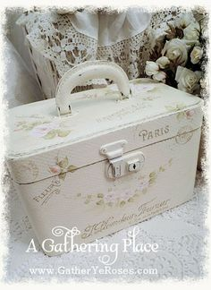 Shabby Chic Trunks - Ideas on Foter Shabby Chic Trunk, Style Shabby Chic, Shabby Chic Stil, Shabby Chic Cottage, Shabby Chic Decor, Vintage Suitcases, Vintage Luggage, Painted Suitcase, Old Luggage