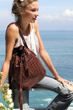 convertible bucket bag / backpack in rich leather Backpack Outfit, Backpack Bags, Leather Backpack, Fashion Backpack, Handmade Leather Shoes, Boho Life, Convertible Backpack, Large Tote, Neverland