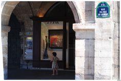 little girl at Place des Vosges