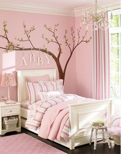 Há alguns dias postei fotos lindas de quartos de meninos. E as mães de meninas já estão me cobrando as fotos dos quartos para suas pequenas. Então não vamo