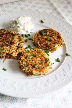 Leckeres Low-Carb-Mittag gefällig? Wie wären denn diese Möhren-Zucchini-Puffer mit Schnittlauchquark?