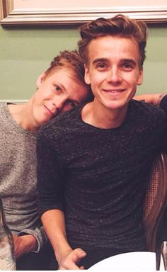Caspar Lee & Joe Sugg are best friend goals Pewdiepie, Markiplier, British Youtubers, Famous Youtubers, Caspar Lee, Joe Sugg, Buttercream Squad, Sugg Life, Youtube Vines