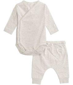 Letar du efter babyset? Hos KappAhl hittar du ett set som inkluderar en omlottbody med knäppning framtill och ett par byxor med infälld resår i midjan och mudd i benslutet. Set som är tillverkat av 100% ekologisk bomull. Köp online eller i butik nära dig!
