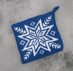 Dagens kjøpeoppskrift: Blå og hvite grytelapper | Strikkeoppskrift.com Knitting Projects, Knitting Ideas, Potholder Patterns, Knit Dishcloth, Fair Isle Knitting, 2 Colours, Pot Holders, Knit Crochet, Diy And Crafts