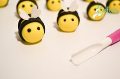 Honey Bee Cake and How To Make it – Cakes by Carrie-Anne - Modern Bee Cakes, Girl Cakes, Bee Birthday Cake, Birthday Ideas, Bee Cake Pops, Cake Designs For Girl, Cake Decorating Piping, Cake Pops How To Make, Honey Cake