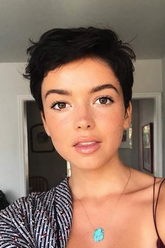 Short Pixie Cut ❤️ If you are a self-respecting woman that wants to cut her hair short, you should check out the pixie cuts we prepared for you. We will show you that pixies are worth your attention. Pixie Cut Kurz, Corte Pixie, Best Pixie Cuts, Cute Pixie Cuts, Short Pixie Cuts, Girls With Pixie Cuts, Asian Pixie Cut, Thick Hair Pixie Cut, Pixie Cut Round Face