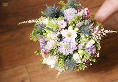 Joli bouquet de mariée composé d'un mélange de fleurs des champs: Astilbe, Scabieuse, Chardon, Véronique, etc. Astilbe, Champs, Bouquets, Marie, Floral Wreath, Wreaths, Decor, Pretty, Flowers