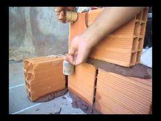 COMO LEVANTAR UMA PAREDE PASSO A PASSO Concrete Bricks, Concrete Structure, Concrete Art, Red Clay Bricks, Rammed Earth Homes, Diy Tools, Building Materials, Home Projects, Building A House