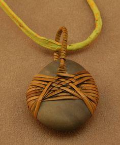 Pendentif en pierre enveloppé  spirale avec Twist  canne et