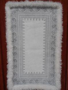 Skinnfell av to gotlandsskinn Unique Trees, Large Macrame Wall Hanging, Sheepskin Rug, T Shirt Yarn, Tapestry Weaving, Transfer Paper, How To Make Beads, Crochet Doilies, Bohemian Decor