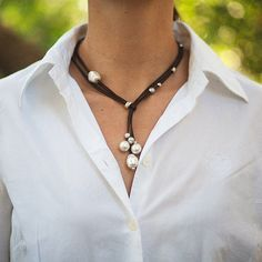 Items op Etsy die op Pearls and Leather Cord Necklace & Earrings set lijken Leather Necklace, Diy Necklace, Collar Necklace, Leather Jewelry, Leather Cord, Black Leather, Macrame Necklace, Pearl Necklace, Pearl Jewelry