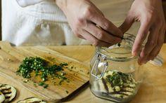 Un ottimo modo di preparare conserve salate è quello di mettere la materia prima sott'olio, procedimento tradizionale soprattutto delle regioni produttrici di olio.