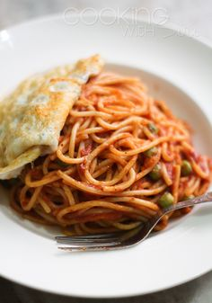 Easy Spaghetti with Tomato Sauce and Fried Egg -- http://www.cookingwithsiri.com/2012/08/under-15-minutes-easy-spaghetti-with.html #recipe #pasta