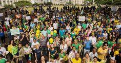 1º.nov. 2014 - Manifestantes contrários à reeleição da presidente Dilma Rousseff (PT) realizam um protesto na avenida Paulista, região centro-sul da capital paulista. O grupo pede o impeachment de Dilma e o fim do PT (Partido dos Trabalhadores)